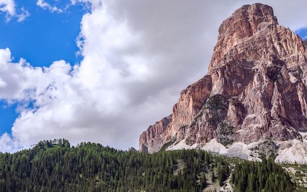 Bela vista do topo da montanha sassongher coberta de nuvens