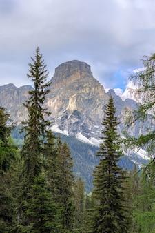 Bela vista do topo da montanha sassongher, na itália