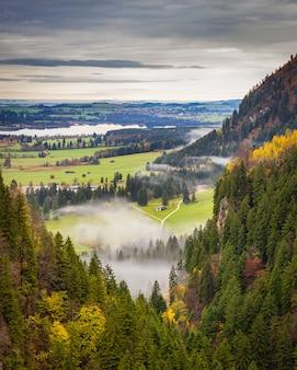 Bela vista do vale nebuloso no outono na baviera, alemanha