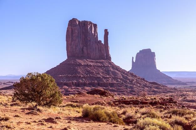 Bela vista dos famosos buttes de monument valley, na fronteira entre o arizona e utah, eua