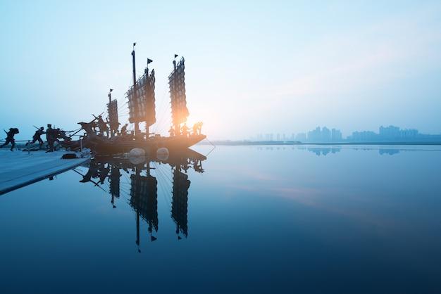 Bela vista dos veleiros no pôr do sol deixando