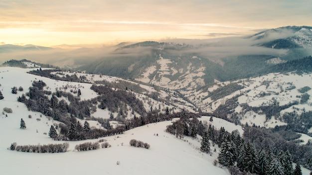 Bela vista encantadora das montanhas e rochas