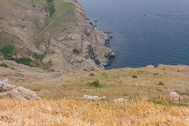 Bela vista na costa do mar negro com montanhas e céu azul.
