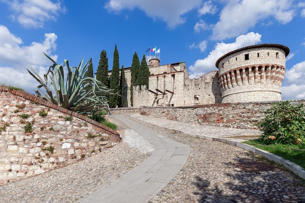 Bela vista na entrada do castelo histórico de brescia em um dia ensolarado de verão. lombardia, itália