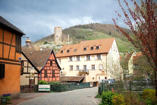 Bela vista na rua com casas históricas de enxaimel na alsácia