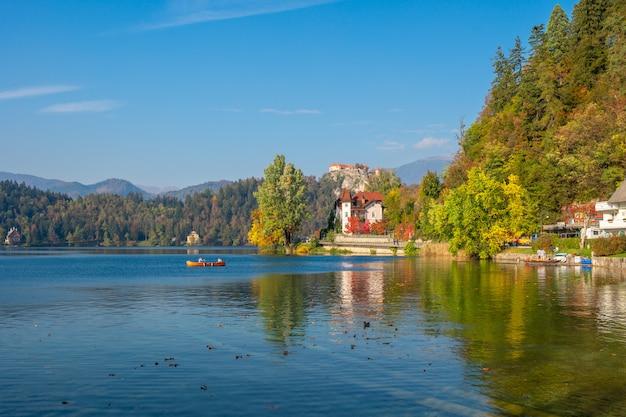 Bela vista no lago e castelo