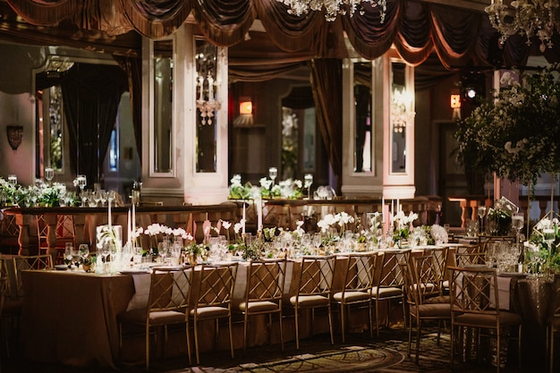 Bela vista no restaurante com mesas