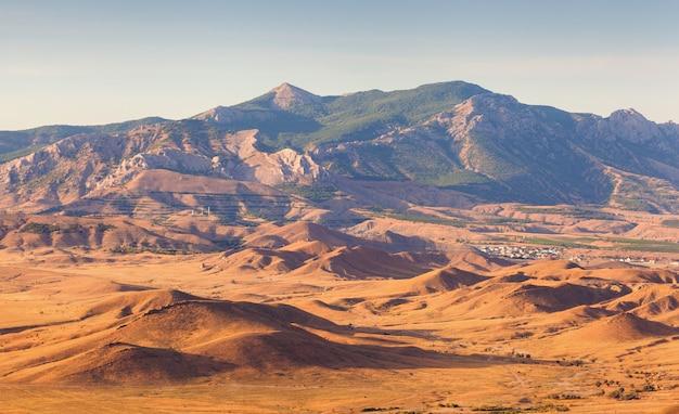 Bela vista no vale da montanha ao pôr do sol no verão
