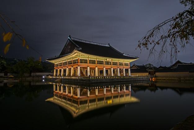 Bela vista noturna do palácio gyeongbokgung em seul, coreia do sul