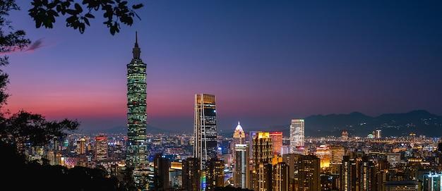 Bela vista panorâmica, cena do crepúsculo da torre taipei 101 e outros edifícios taiwan. vista de xiangshan (montanha do elefante).