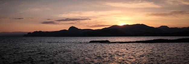 Bela vista panorâmica da costa do mar durante o pôr do sol.