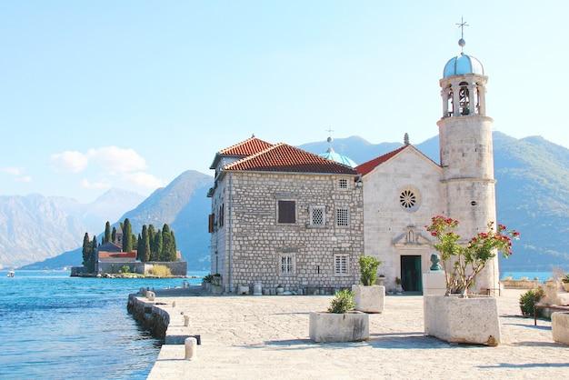 Bela vista panorâmica da pedra da senhora na baía de kotor montenegro