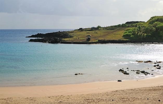 Bela vista panorâmica da praia de anakena na ilha de páscoa