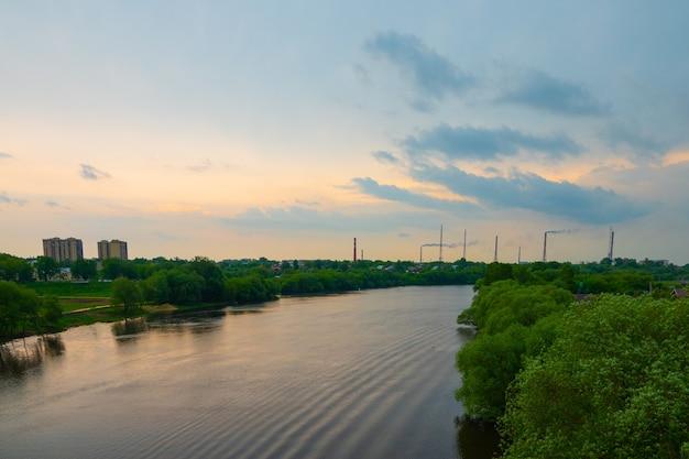 Bela vista panorâmica de uma ponte alta para pedestres e duto de água
