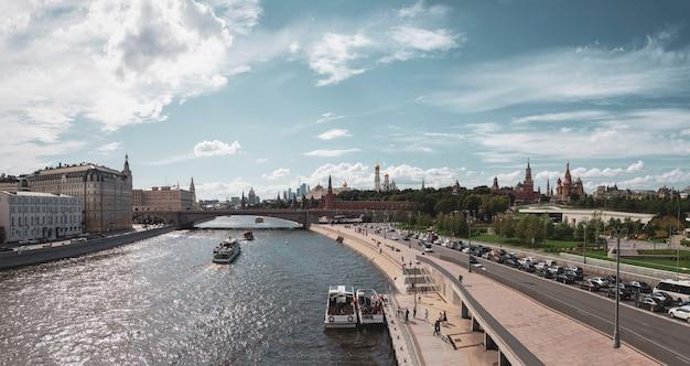 Bela vista panorâmica do dique do kremlin de moscou em um dia de verão