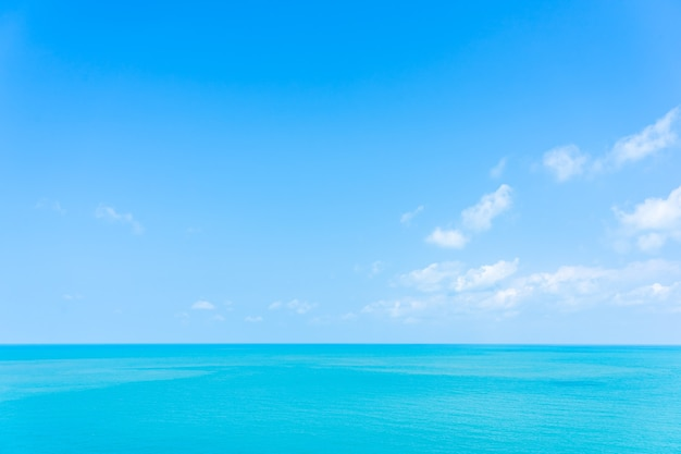 Bela vista panorâmica do mar tropical com nuvem branca e céu azul para viagens de férias