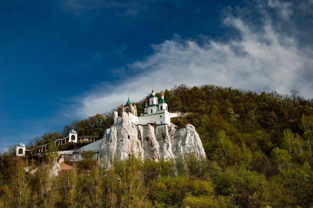 Bela vista panorâmica do mosteiro coberto de árvores verdes