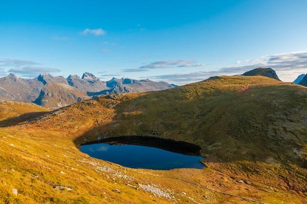 Bela vista para a montanha da noruega.