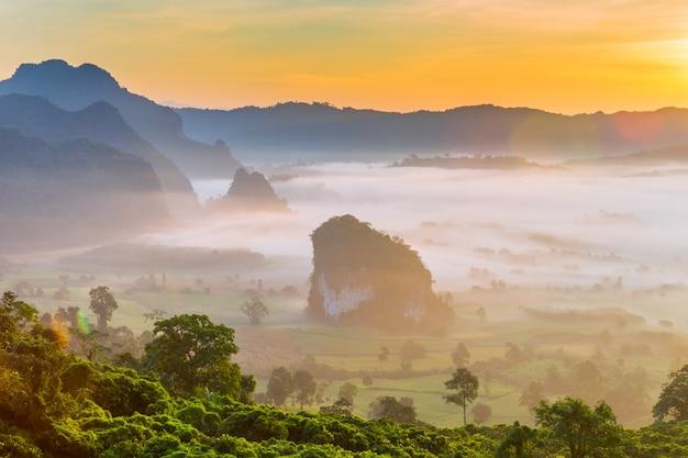 Bela vista para a montanha do parque nacional de phu langka na tailândia