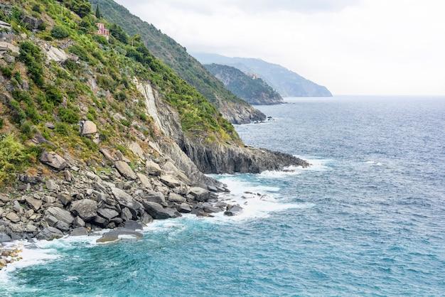 Bela vista para o mar e as montanhas azuis