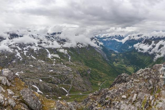 Bela vista para o oceano atlântico - fiorde de geiranger e estrada da águia em tempo nublado na montanha dalsnibba