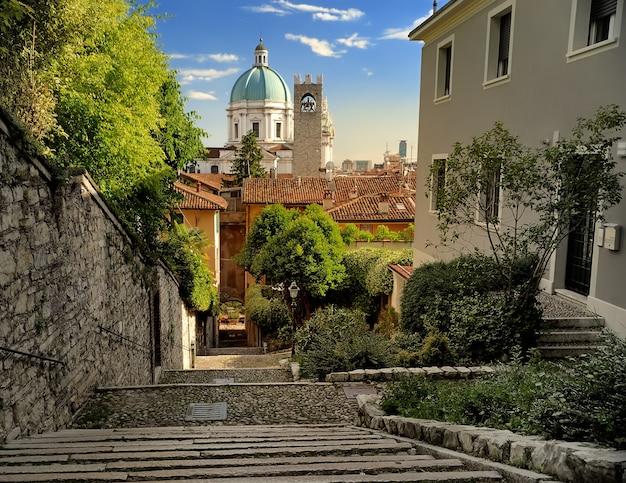 Bela vista por do sol da cúpula do duomo sobre a cidade de brescia, na lombardia, itália