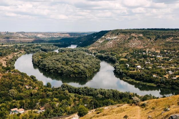 Bela vista sobre a paisagem do rio dniester com uma ilha em forma de coração no meio.
