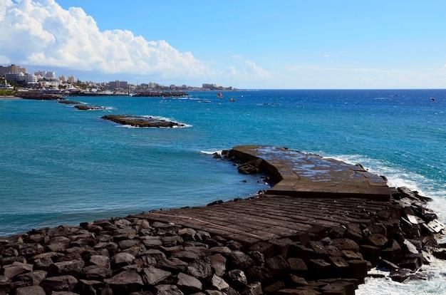 Bela vista sobre o oceano atlântico e costa adeje, tenerife, ilhas canárias, espanha.