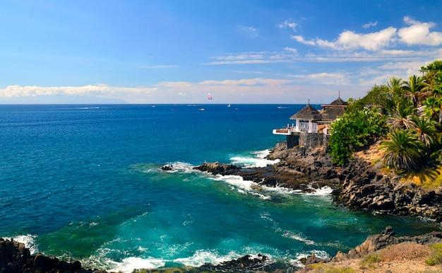 Bela vista sobre o oceano atlântico e costa adeje, tenerife, ilhas canárias.