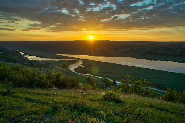 Bela vista sobre o rio ao nascer do sol. recreação ao ar livre. panorama dniester.