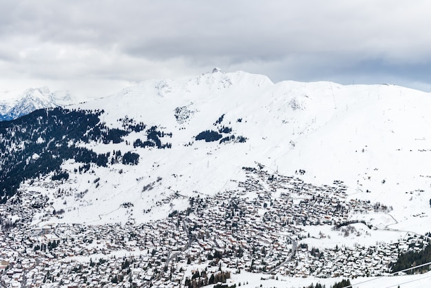 Bela vista sobre o vale na estância de esqui nos alpes suíços