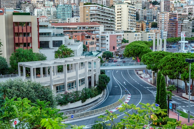 Bela vista superior da arquitetura rica cidade e encostas sinuosas.