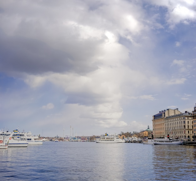 Bela vista típica de estocolmo. água, céu e barcos de recreio na cidade.