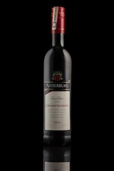 Belarus, minsk - 21 de maio de 2020: garrafa de vinho nederburg 2013 em um fundo preto