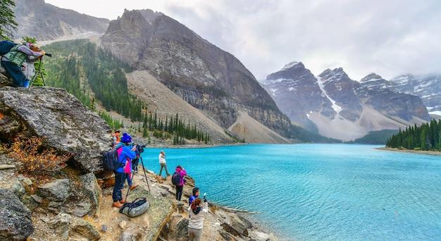 Belas águas turquesa do lago moraine no parque nacional de banff, alberta, canadá