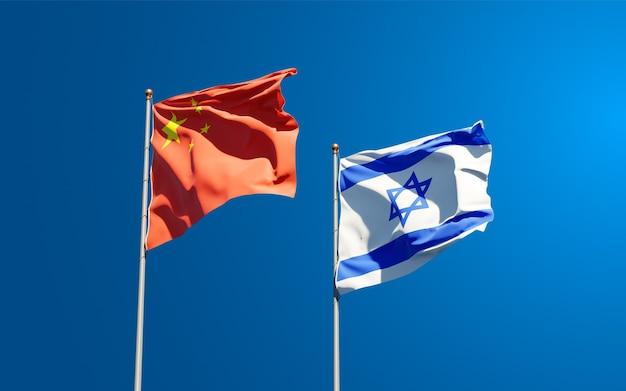 Belas bandeiras do estado nacional de israel e china juntos ao fundo do céu.