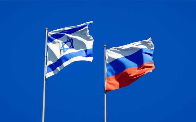 Belas bandeiras do estado nacional de israel e da rússia juntos no céu azul. arte 3d