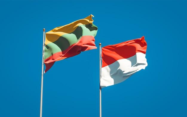 Belas bandeiras estaduais da lituânia e da indonésia juntas no céu azul