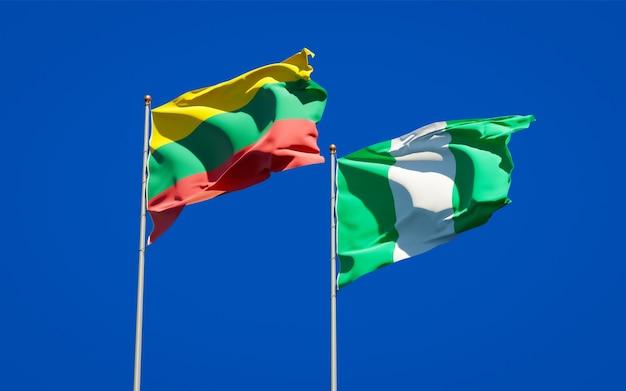 Belas bandeiras estaduais da lituânia e da nigéria juntas no céu azul