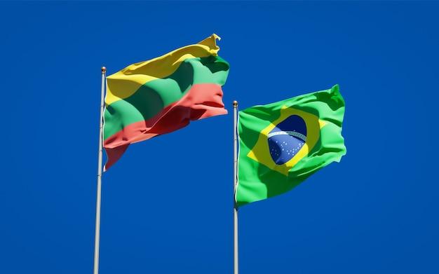 Belas bandeiras estaduais da lituânia e do brasil juntas no céu azul