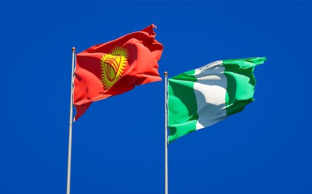 Belas bandeiras estaduais do quirguistão e da nigéria juntas no céu azul
