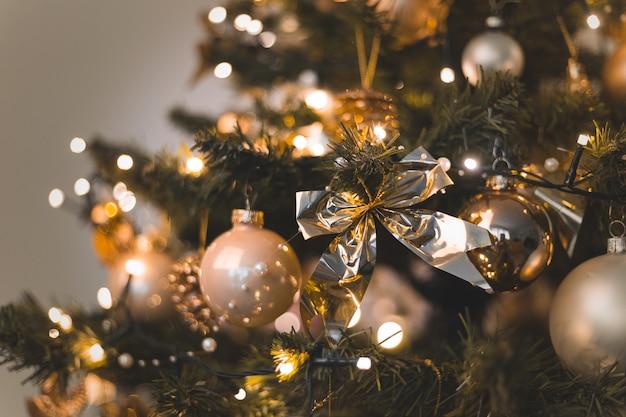 Belas bugigangas e luzes penduradas em uma árvore de natal