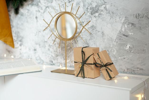 Belas caixas de presente de natal no chão perto de abeto na sala