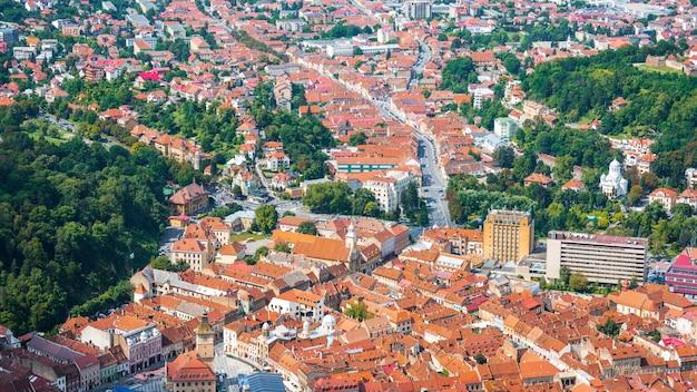 Belas casas antigas e cidade de brasov de cima