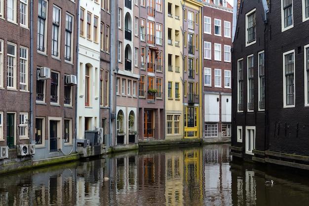 Belas casas em um canal em amsterdã, holanda