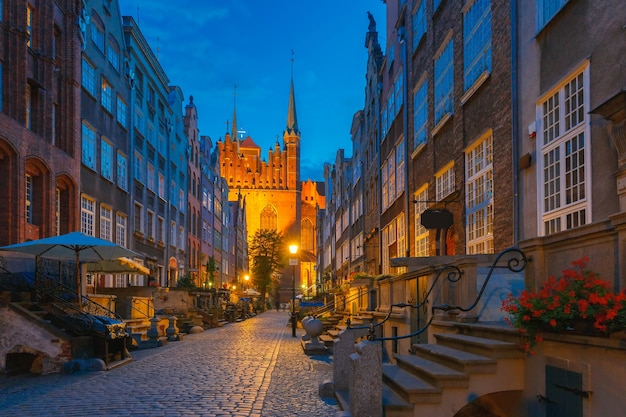 Belas casas históricas na rua mariacka, st mary, no centro histórico de gdansk