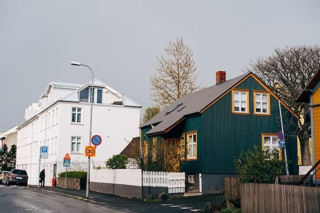 Belas casas nas ruas de reykjavik, a capital da islândia