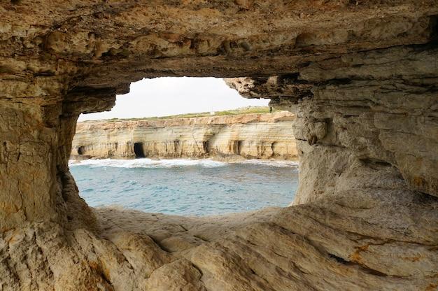 Belas cavernas do mar durante o dia em ayia, chipre