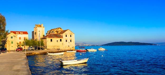 Belas cidades costeiras da croácia. kastella cênica