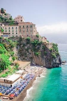 Belas cidades costeiras da itália - positano cênica na costa de amalfi